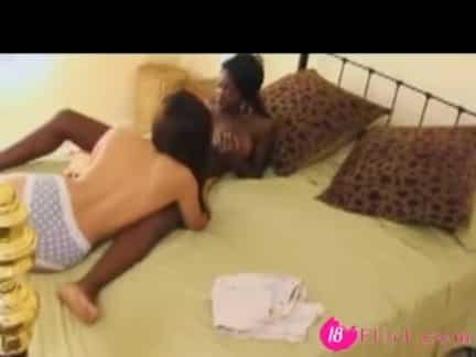 Colegialas conversando en la cama terminan teniendo sexo