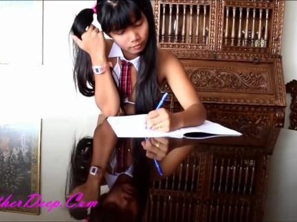 Sexy colegiala tailandesa le gusta mamar profundo
