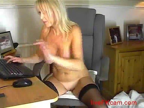 Cachonda madre masturbandose como toda una puta frente a la WebCam