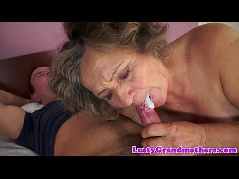La suegra veterana disfruta de una polla joven y tierna por primera vez en años