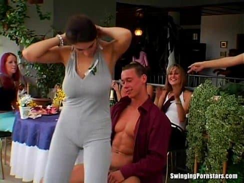Los strippers de la despedida de solteras terminan follando con todas las invitadas