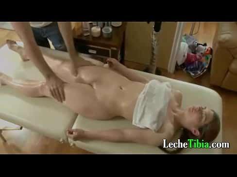 Se termina follando a una jovencita caliente mientras le daba un masaje porno