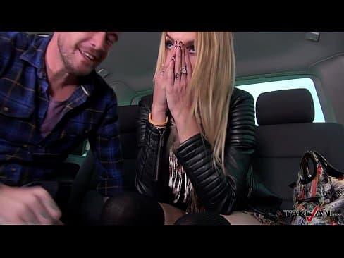 Macho recoge a divorciada tatuada en la calle y la convence para follársela dentro del automóvil
